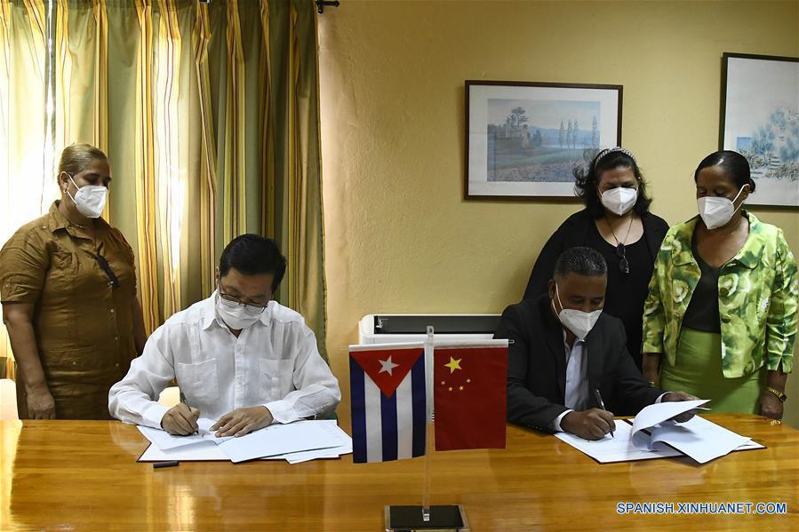 Chen Xi und Adalberto Revilla bei der Unterzeichnung | Bildquelle: https://t1p.de/94s4 © spanish.xinhuanet.com | Bilder sind in der Regel urheberrechtlich geschützt